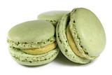 Macarons mit Pistaziengeschmack isoliert auf weißem Hintergrund