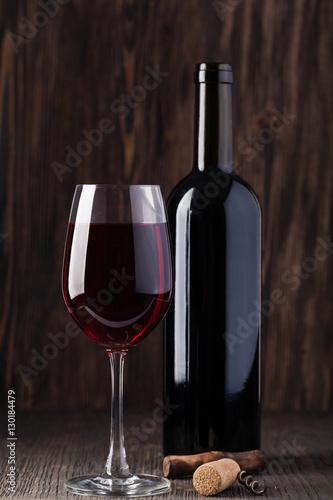 butelka-czerwonego-wina-i-korkociag