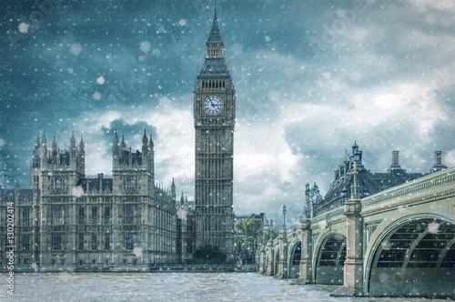Big Ben und Westminster in London bei Schneesturm im Winter © moofushi