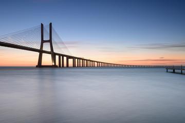 Ponte Vasco da Gama ao Nascer do Sol. Rio Tejo, Lisboa, Portugal.