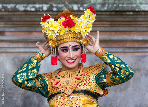 In de dag Bali Portrait of a beautiful young female Balinese dancer in traditional costume. Bali, Indonesia.