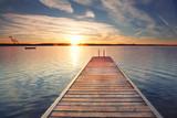 unendlich langer Steg am Ufer des Sees - 130415058