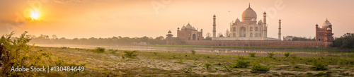 Foto op Canvas Panoramafoto s Panoramic view of Taj Mahal on a beautiful morning
