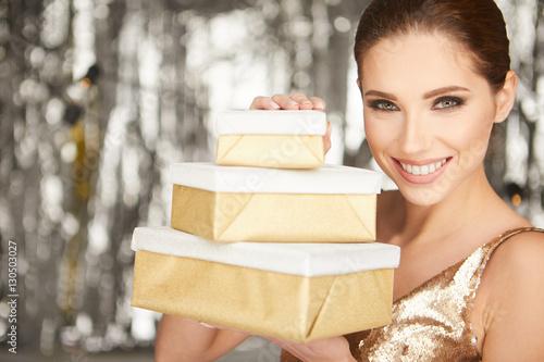 Portret szczęśliwa kobieta z prezenta pudełkiem i patrzeć kamerę ov