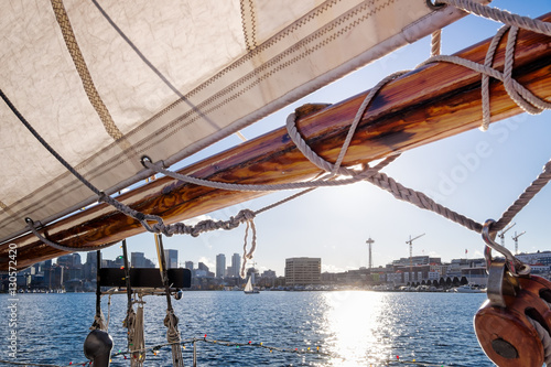Fotobehang Zeilen Seattle sailing on Lake Union at sunset with a view of skyline