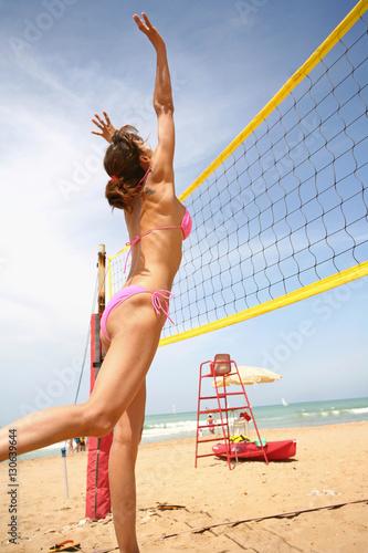 Poster femme qui joue au beach volley