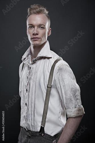 Poster Junger blonder Mann in 20er Jahre Kleidung