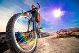 Kolarstwo górskie i sporty ekstremalne - zdrowy styl życia i ćwiczenia - sceneria zachodu słońca i przygód, styl życia i rowerzysta
