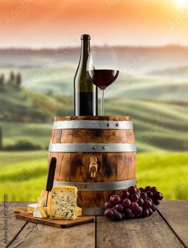 czerwone-wino-serwowane-na-drewnianej-beczce-winnica-z-tylu
