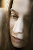 Akt,Portrait einer sinnlichen jungen Frau mit langem Haar,nackt,