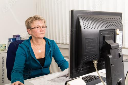 Geschäftsfrau am Arbeitsplatz Poster