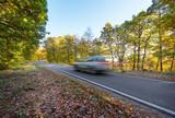 Auto fahren im Herbstwald