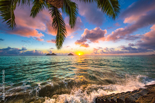 Foto Spatwand Zonsopgang Beautiful Hawaiian Sunrise at Lanikai Beach