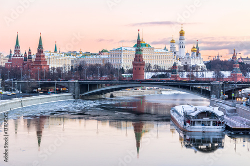 Aluminium Moskou Moscow Kremlin and Moscow river in winter morning. Pinkish and golden sky with clouds. Russia