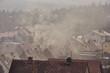 Dym nad dachami domów