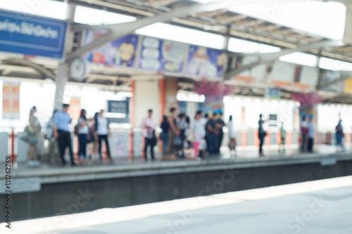 In de dag motion blur of people on Sky train
