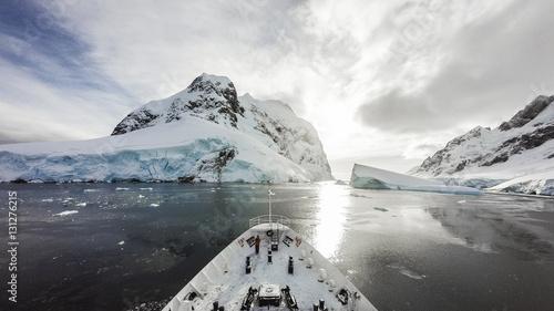 Tuinposter Antarctica Cruising among ice