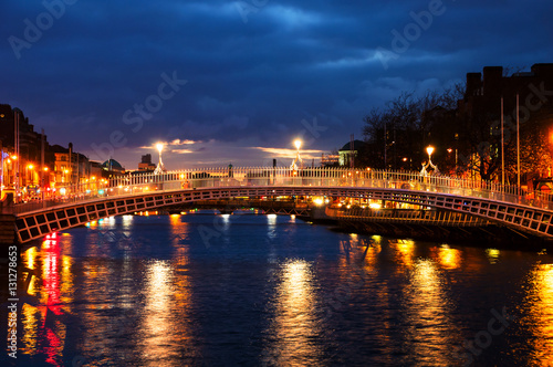 Stampa su Tela Dublin, Ireland. Night view of famous Ha Penny bridge