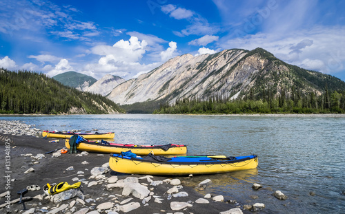 Foto op Canvas Canada Nahanni river canoing -lunch time