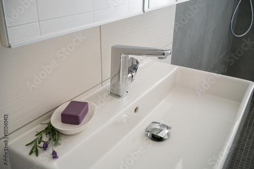 waschbecken in einem neuen bad