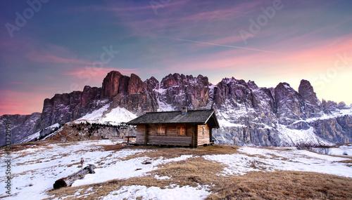 Fotobehang Lichtroze zauberhafter Winterabend in den Bergen - Hütte am Gipfel