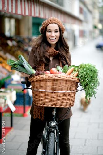 Poster junge Frau mit Korb am Rad auf dem Biomarkt