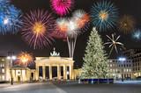 Brandenburger Tor in Berlin mit Weihnachtsbaum und Feuerwerk