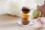 Leckere französische Macarons mit schokoladen Ganache gefüllt