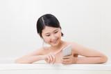 入浴する女性、携帯電話、スマートフォン