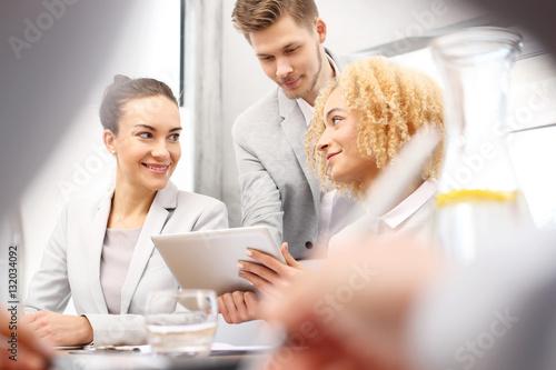 Poster Praca w biurze.Zespół młodych ludzi w  pracy.