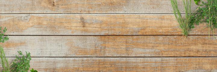 Frische Kräuter (Oregano, Thymian, Rosmarin) auf Holz-Küchentisch - Banner / Hintergrund