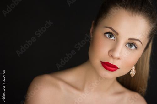 Портрет крупным планом сексуальной девушки с красными губами Poster