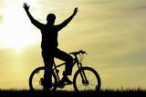 doğadaki bisikletli adam