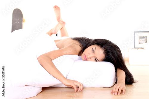 hübsches asiatisches Mädchen im Bett Poster