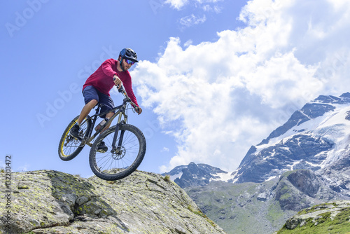 Deurstickers Sprung mit dem Mountainbike