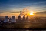 Elektrownia i dym z kominów na Górnym Śląsku o zachodzie słońca - 132205454