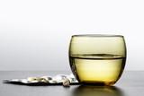 Pillole medicinali e bicchiere dacqua