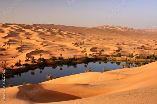 Der Um el Maa in den Sanddünen von Ubari (Libyen) Poster