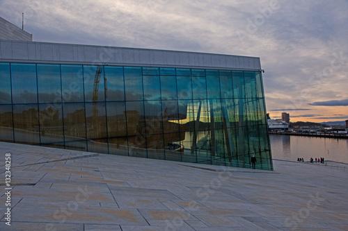 Poster spiegelnde Fassade der neuen Oper in Oslo