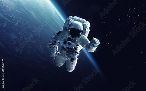 Astronauta na spacerze kosmicznym. Kosmiczna sztuka, tapeta science fiction. Piękno głębokiej przestrzeni. Miliardy galaktyk we wszechświecie. Elementy tego obrazu dostarczone przez NASA