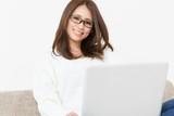 パソコンを見るの女性