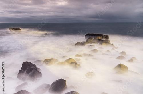 Wybrzeże oceanu we mgle