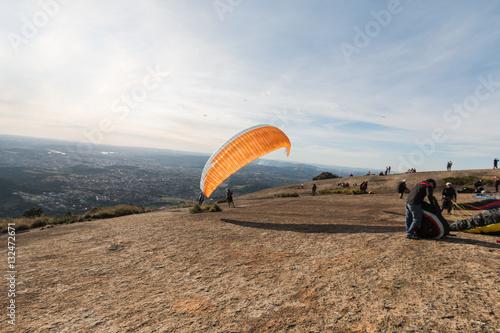 Poster Preparando para saltar de paraglider
