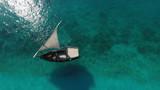 Красивый белый парусник, остров Занзибар с высоты, место пляж Нунгви,съемка с дрона.