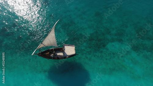 Foto Spatwand Zanzibar Красивый белый парусник, остров Занзибар с высоты, место пляж Нунгви,съемка с дрона.