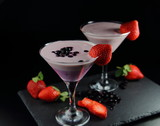 черничный и клубничный смузи со свежими ягодами
