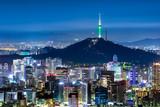 N Seoul Tower mit Skyline und Berg Namsan bei Nacht
