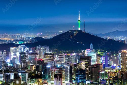 Poster N Seoul Tower mit Skyline und Berg Namsan bei Nacht
