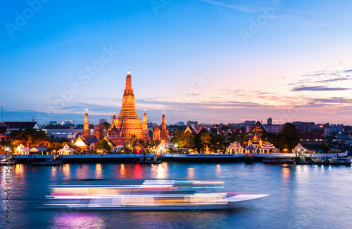 In de dag Bangkok The boat was sailing in Chao Phraya River, background Wat Arun at sunset time ,Bangkok, Thailand. The Temple of Dawn