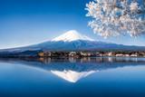 Mt. Fuji und See Kawaguchiko in Japan im Winter